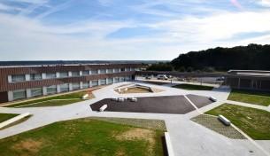 cour et espaces extérieurs bain de bretagne (29) mandataire : DDL architectes livré 2017